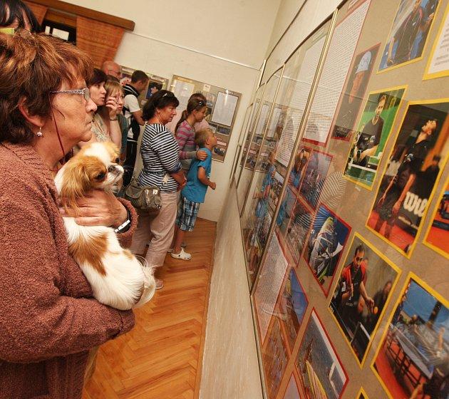 Vernisáž výstavy navštívily desítky Chomutovanů. Možnost zhlédnout čtyřiatřicet olympioniků v jedné místnosti máte i vy, a to každé úterý až pátek od 9 do 17 hodin a sobotu od 9 do 14 hodin v Domě Jiřího Popela.