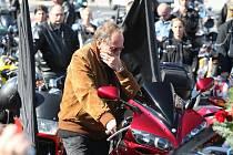 Zdrcený otec zavražděného policisty na jeho motorce.