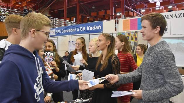 Letáčky rozdávali osmákům a deváťákům studenti chomutovského gymnázia.