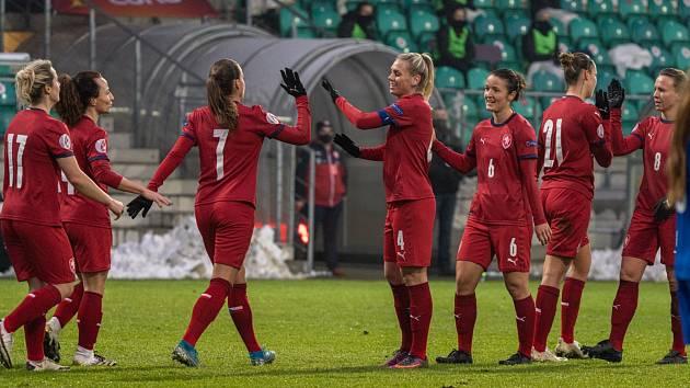 Fotbalové reprezentantky na stadionu v Chomutově.