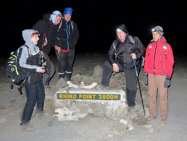 Poslední úsek na vrchol zdolávala výprava vnoci, aby došla na vrchol za úsvitu. Na mezizastávce ve výšce 3800metrů vyčerpaný Radek Gruber druhý zprava.