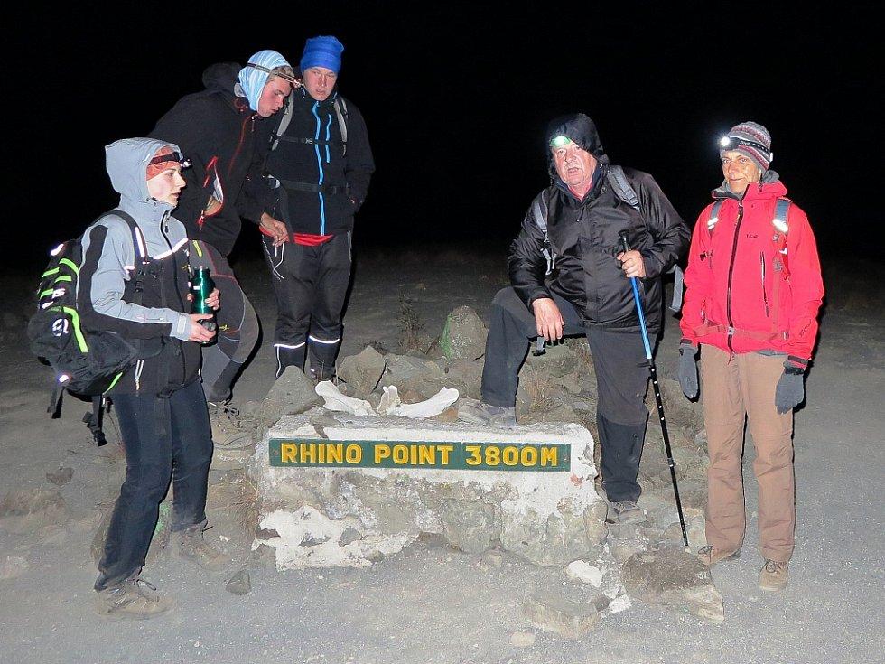 Poslední úsek na vrchol zdolávala výprava v noci, aby došla na vrchol za úsvitu. Na mezizastávce ve výšce 3 800 metrů vyčerpaný Radek Gruber druhý zprava.