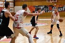 Chomutovští basketbalisté (v bílých dresech).