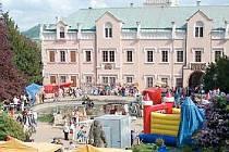 Fotka ze zámeckých slavností, které se konaly osmého května 2009. Na zámek přišlo několik stovek lidí.