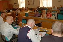 Na diskuzi s vedením dopravního podniku dorazilo zhruba dvacet převážně starších lidí.