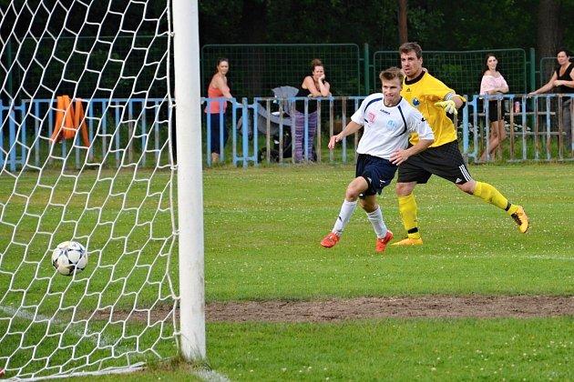 Na snímku údlický forward Aleš Pěnička zvyšuje v 63 minutě na 5:0 pro domácí.