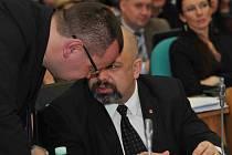 Proti rychlému přijetí vyhlášky protestoval nejvíc Miloň Houda z ČSSD (sedící). Nelíbilo se mu, že předpis dostali na stůl na poslední chvíli a navrhoval projednání vyhlášky odložit.