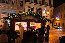 Krásně nazdobené náměstí v Chomutově hostí jiné Vánoční trhy