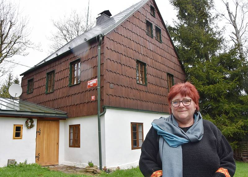 Eva Francová před dvě stě let starým, domem, který spolu se svým manželem Zdeňkem Francem zrekonstruovala.