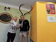 Voličům v obci Březenec u Jirkova dělá společnost paroží a další trofeje