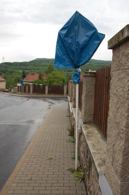 PŘEDNOST ZPRAVA. Změna přednosti vjízdě platí na Sedleckém předměstí od 1.března. Svislé značky jsou vcelé zóně, kde převládá rodinná zástavba, zakryté.
