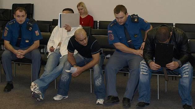 Tři muži z Chomutovska stojí před soudem kvůli organizování prostituce.