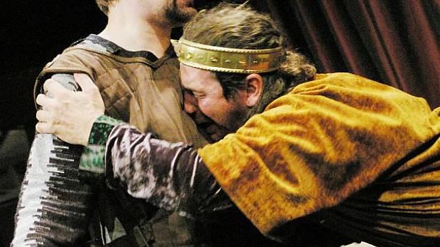 Hamlet (Petr Lněnička) a Claudius (Jan Potměšil)