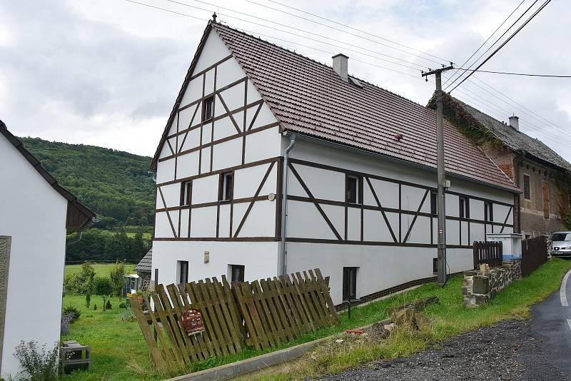 Hrázděný dům s hospodářskými budovami stál v Lestkově nejméně v polovině 19. století. Podlaha ve stodole pochází dokonce ze 14. - 15. století.