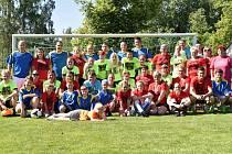 Memoriálu Jitky Hejrové se na fotbalovém hřišti v Jirkově v Mostecké ulici zúčastnily tři fotbalové týmy. Na snímku jsou všichni aktéři pohromadě. Foto: SK Ervěnice-Jirkov