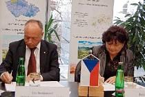 Spolupráci včera podepsali hejtmanka Ústeckého kraje Jan Vaňhová a generální ředitel Severočeských dolů Jan Demjanovič.
