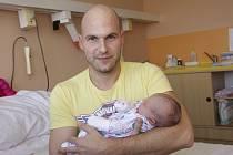 Tatínek Adam Novák chová v náručí malou Kačenku Novákovou. Narodila se jeho družce Kateřině Gründlerové z Chomutova v chomutovské porodnici 2. září v 9:33 hodin. Malá měřila 52 centimetrů a vážila 3,37 kg.