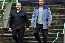 Alexandr Novák a jeho spoluvězeň na cestě z věznice na stadion.