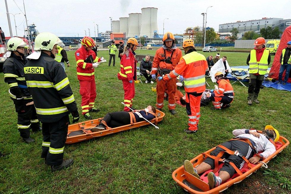 Shromaždiště raněných, jakmile je hasiči přinesli, okamžitě zdravotníci určovali, kam s nimi dál k ošetření