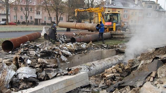Práce na opravě horkovodu u křižovatky Blatenské ulice s Cihlářskou v Chomutově.