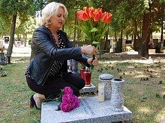 Květiny přinesla k desce Kateřiny Szernovské místostarostka Dana Jurštaková.