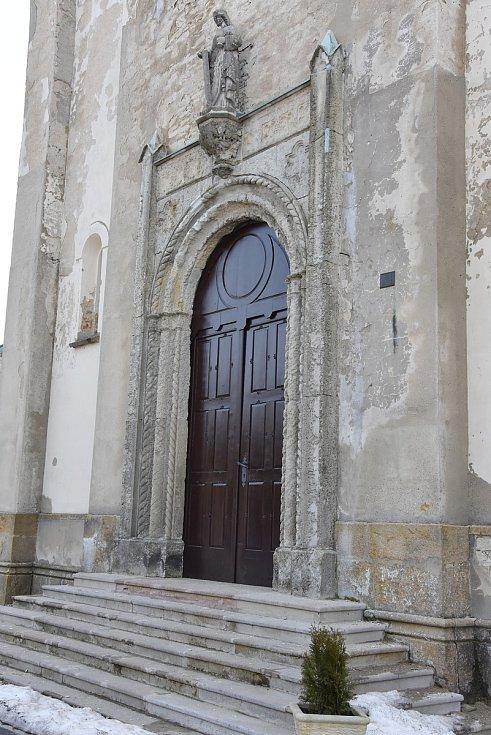 Dveře do kostela sv. Výsluní jsou opravené.