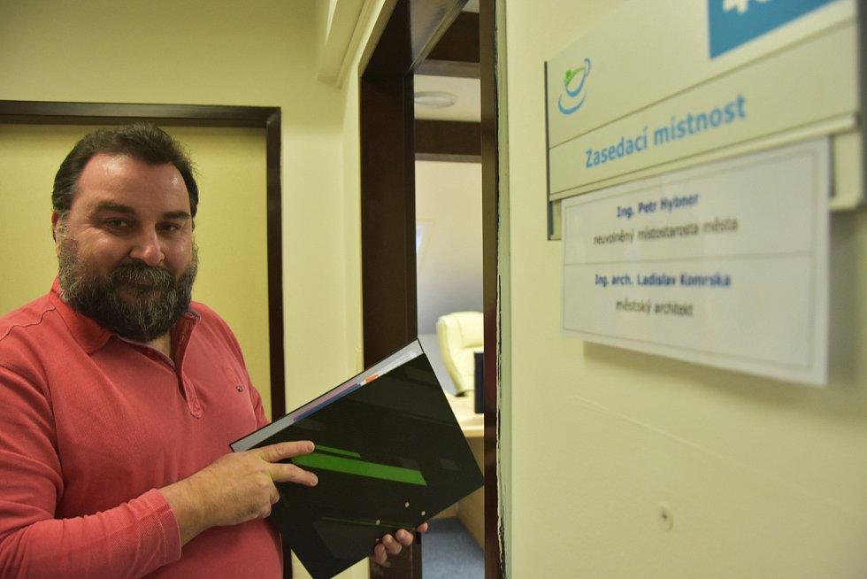 Petr Hybner je od ledna druhým kláštereckým místostarostou. Kancelář na radnici má nově ve třetím patře.