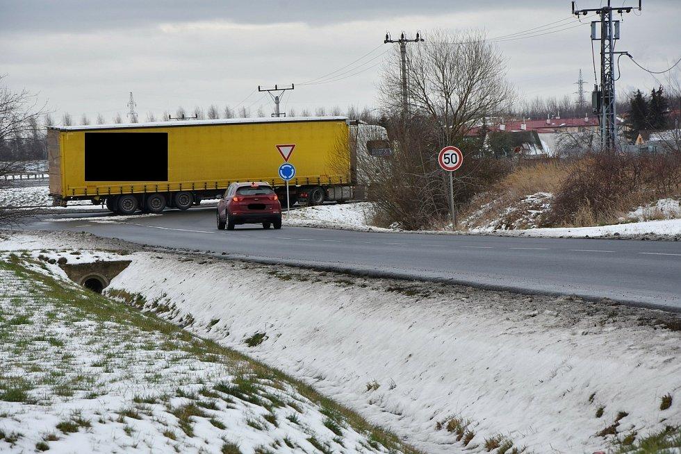Do Spořic nesmí nákladní auta, upozorňuje na to řada značek. Bez valného výsledku.