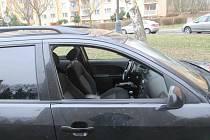 Otevřená okénka u jeho Fordu řidiče nevzrušovaly.