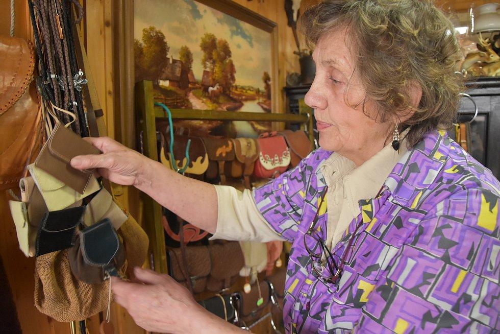 Jolana Kunešová se věnuje brašnářskému řemeslu. Vše potřebné se naučila sama.