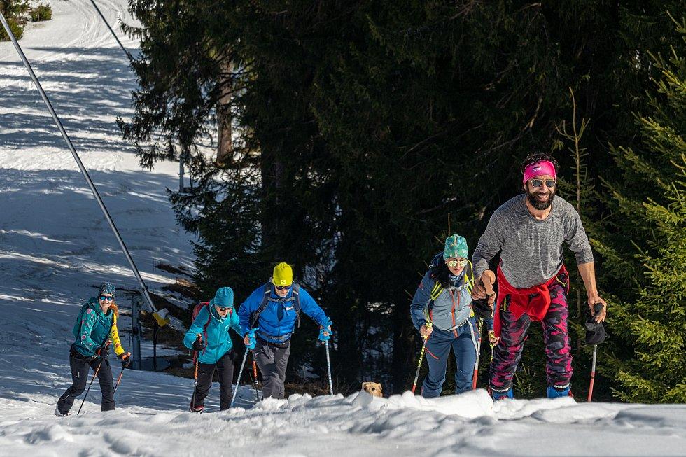 Lyžaři si užili slunného počasí na sněhu.