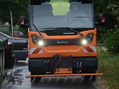 Při čištění ulic technické služby využívají také kropicí vozy.