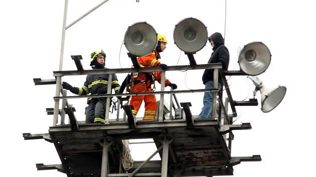 Pravidelně zaměstnává hasiče, policisty a záchranáře. Tento čtvrtek si osmačtyřicetiletý poblázněný Chomutovan vybral pro své divadlo třicetimetrový osvětlovací stožár na chomutovském nádraží.