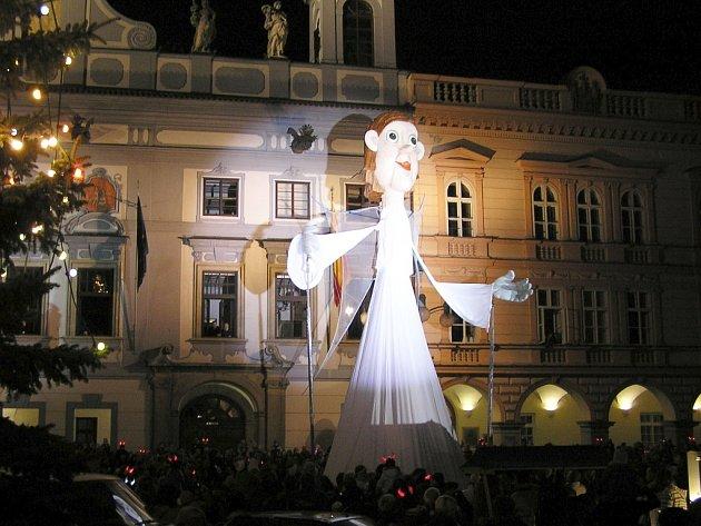 Třináctimetrová loutka anděla přinese na chomutovské náměstí Vánoce.