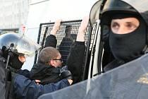 Policist právě zadrželi jednoho z demonstrantů.