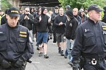 Demonstranty doprovázeli policisté.