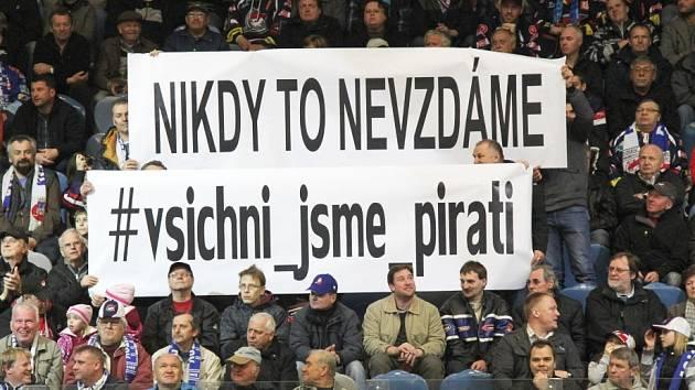 VELKÉ TRANSPARENTY se slogany fanouškovské kampaně se v hledišti objevily v prvním domácím zápase letošní baráže. Objeví se i v neděli?