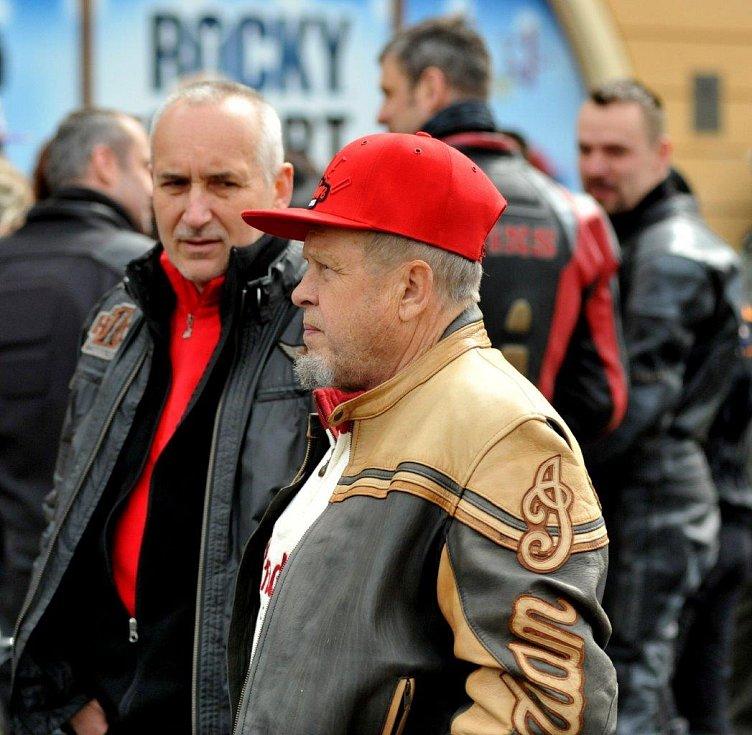 Stovky motorkářů se sjely do Kadaně, kde jim požehnal místní farář Josef Čermák.