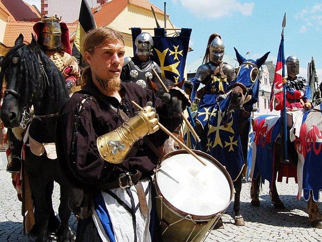 V čele s bubeníkem dorazili včera před chomutovskou radnici rytíři Trakenu na koních a v plné zbroji.