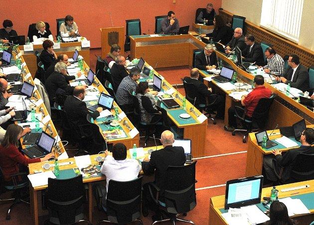 Chomutovští zastupitelé při jednání. Ilustrační foto.