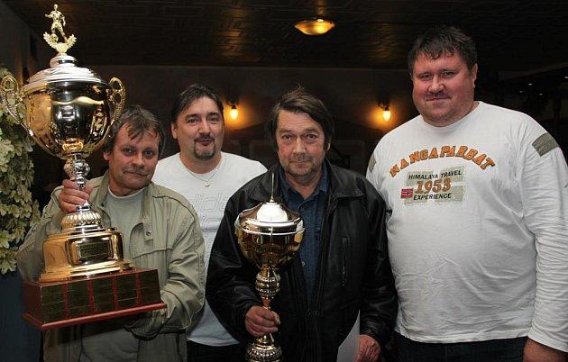 PŘEDÁNÍ. Jiří Kupec (druhý zleva) a Miloš Matlach (vpravo) se zástupci dvacátého vítěze letní ligy - Betisu Kadaň.