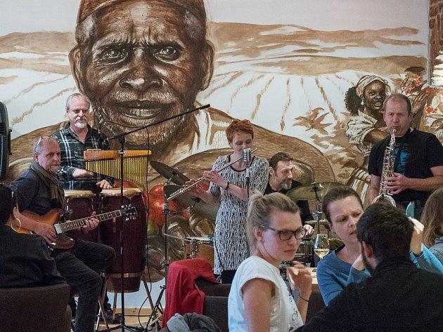 Slavnostní otevření kavárny a pražírny kávy Jacques Cafe v Chomutově. Autorem nástěnného obrazu je jirkovský výtvarník Milan Tóth. Celý ho vytvořil z kávy.