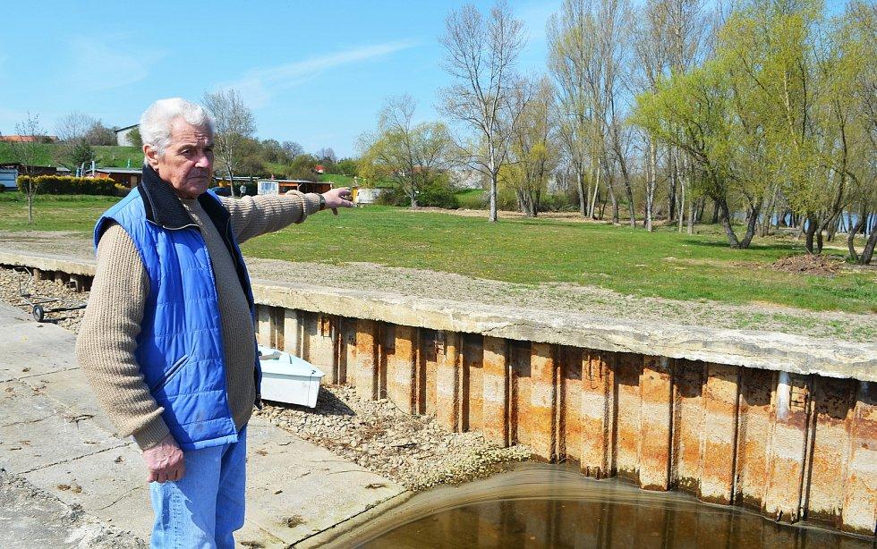Kemp nedaleko hráze Nechranické přehrady se už připravuje na sezonu. Zatím musí mít zavřeno a odmítat zájemce. O to, aby vše bylo nachystáno, až vláda povolí ubytování v kempech, se stará správce Přemysl Hála.