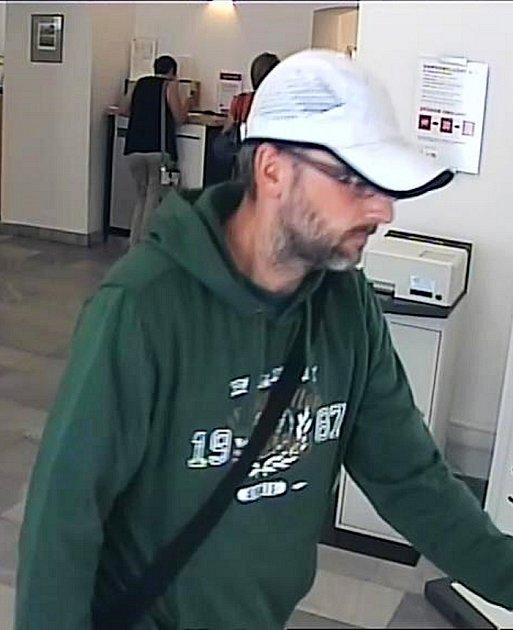 Muž, který včervnu přepadl Komerční banku vKadani, neměl krytý obličej