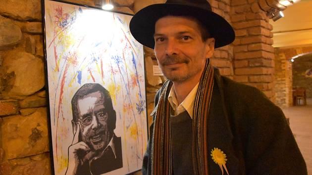 Duchovním otcem Chomutovského výtvarného salonu je sochař a grafik Josef Šporgy. Na snímku je vedle své grafiky.