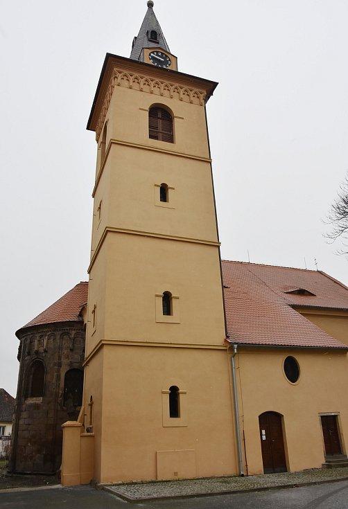 Dominantou Údlic je kostel Povýšení sv. Kříže s románskou apsidou.