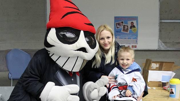 Adámek Marschalek přišel na hokejový turnaj fanoušků s maminkou Adélou. Společně s maskotem Pirátů Picaroonem sledovali závěrečné boje o medaile.
