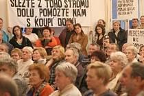 PLNÝ SÁL. Desítky nespokojených nájemníků přišlo na debatu se špičkami sociální demokracie. Mnoho z nich si doneslo i transparenty.