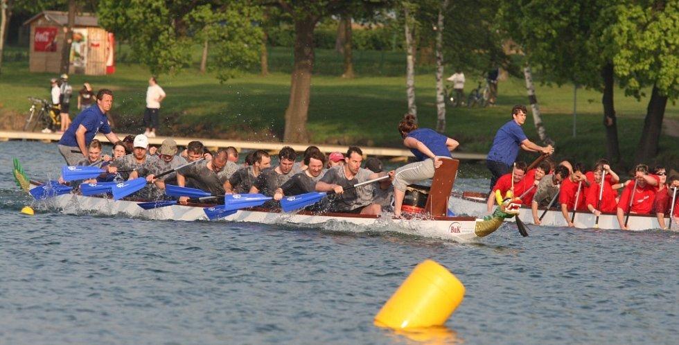 Na jezeře se utkalo dvacet posádek.
