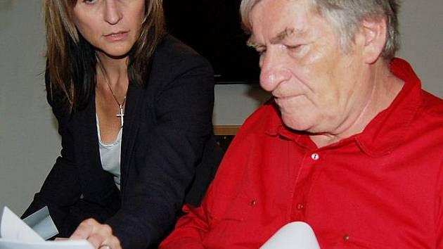 Poslankyně Ivana Řápková a důchodce Josef Janouš probírají dokumenty a možnosti, jak situaci vyřešit. Dokumentů je dost, možností málo